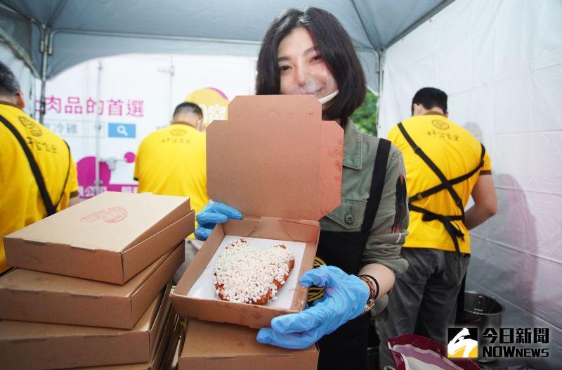 ▲9家業者聯手推出4500份香雞排「買一送一」優惠。(圖/記者李春台攝,
