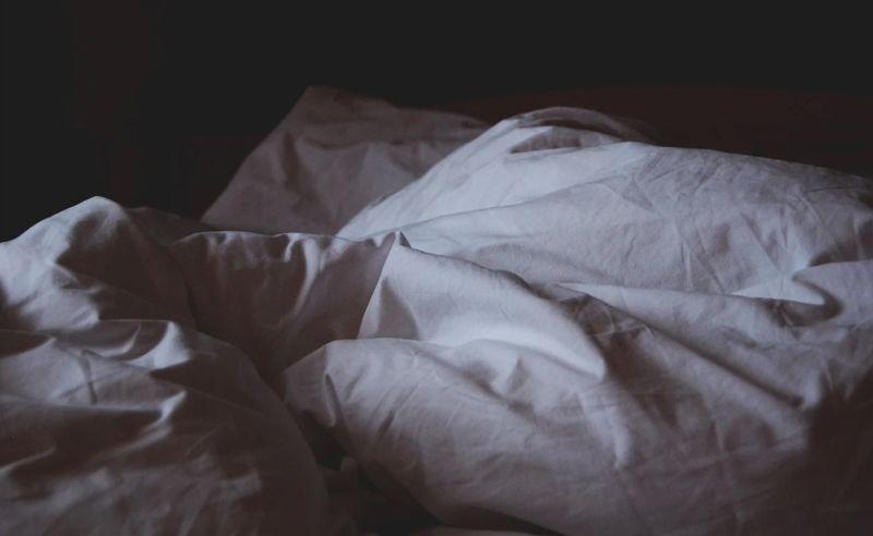 睡新家連2天被壓!哥進房驚見「恐怖真相」:被自己蠢死