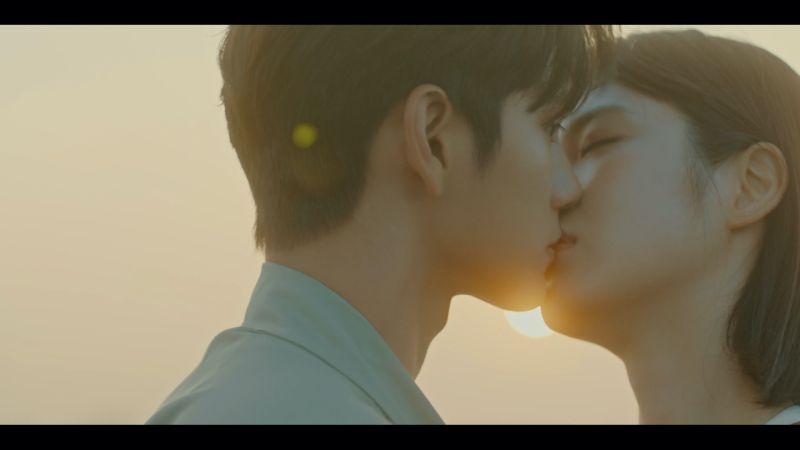 ▲劇中,邕聖祐(左)與辛睿恩上演浪漫「夕陽之吻」。(圖/friDay影音)