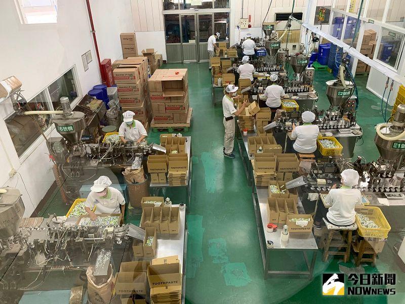 ▲觀光工廠內的5g小牙膏生產線。(圖/記者陳惲朋攝)