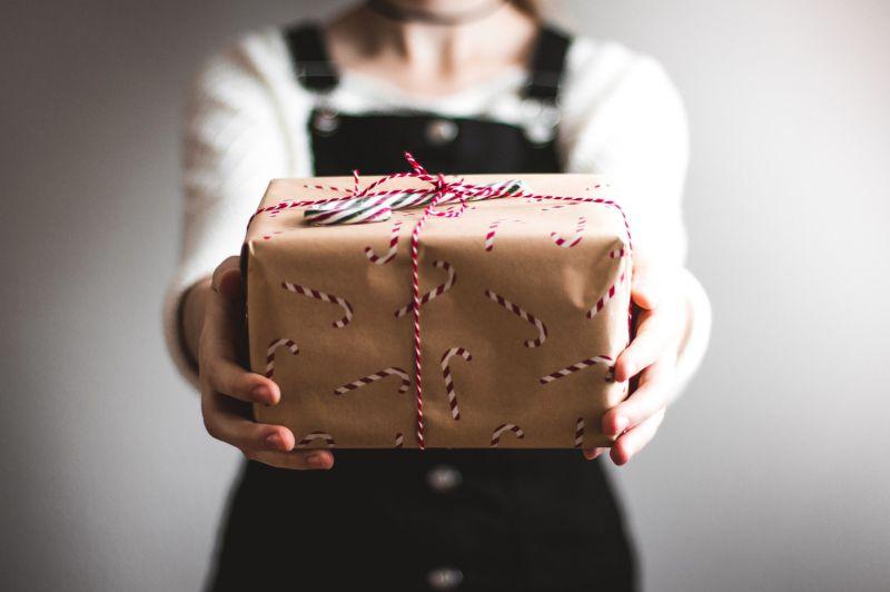 生日竟收到「<b>過期</b>+贈品」禮物!女傻愣 全場想一招反擊