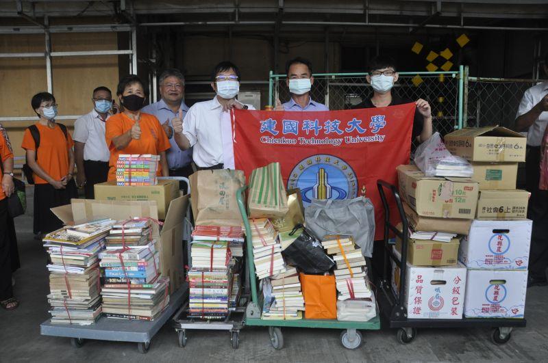 科大師生捐書響應漂書活動 彰化火車站增濃濃書香味
