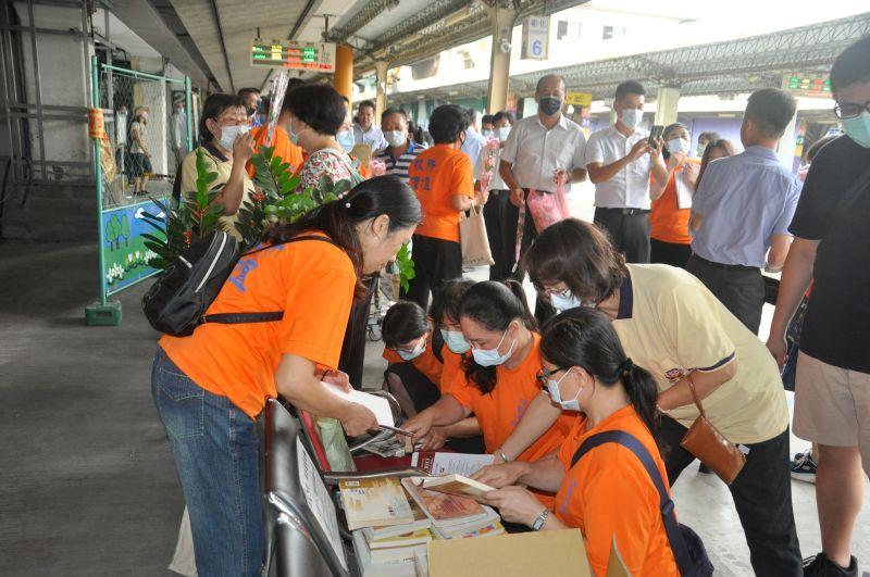 ▲教師節彰化火車站第一月台出現許多捐書人潮,形成另一種車站風情。(圖/記者葉靜美攝,2020.09.28)