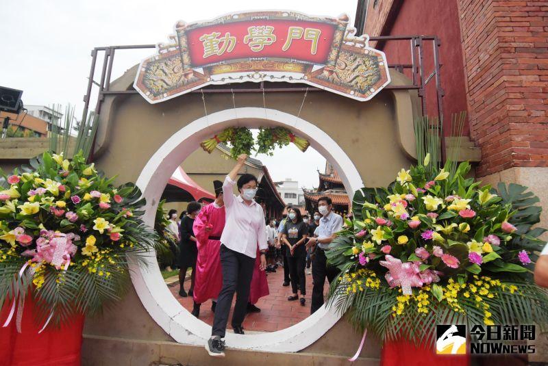 ▲王惠美帶領縣內學子及全體人員步上紅毯,穿走「勤學門」與「聰慧門」。(圖/記者陳雅芳攝,2020.09.28)