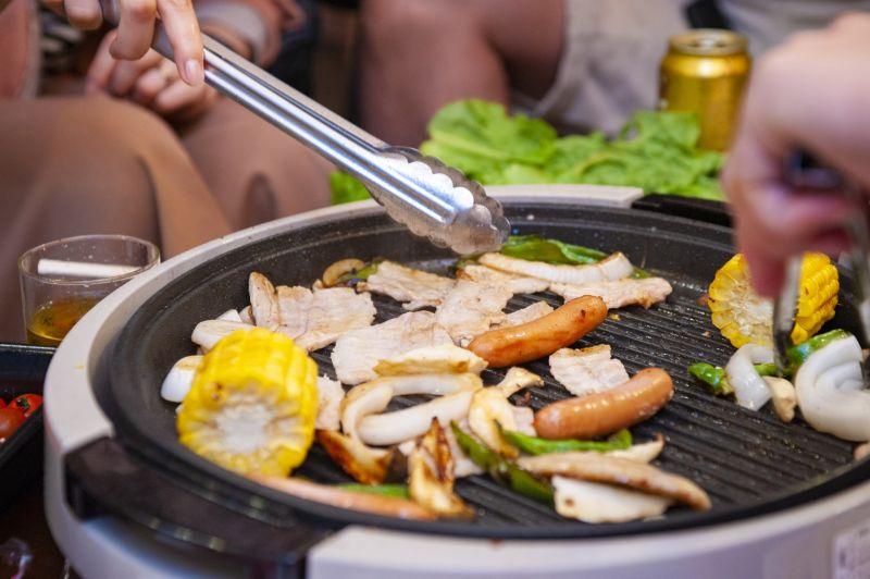 ▲一名網友指出,今年本來烤肉想用電烤盤代替木炭生火,但他卻點出使用後的缺點,而引起討論。(示意圖/翻攝PhotoAC)