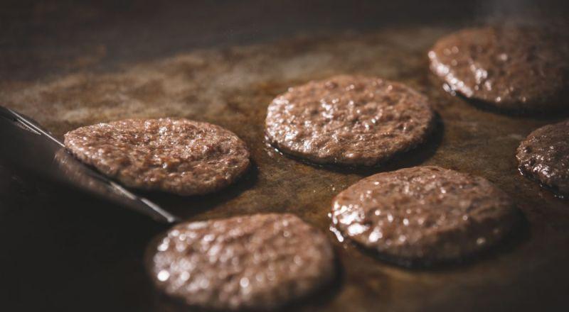 ▲麥當勞牛肉餅以100%純牛肉製作。(圖片來源/麥當勞季報)