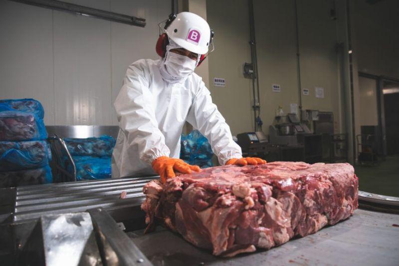 ▲來自紐澳的原塊牛肉投入產線。(圖片來源/麥當勞季報)