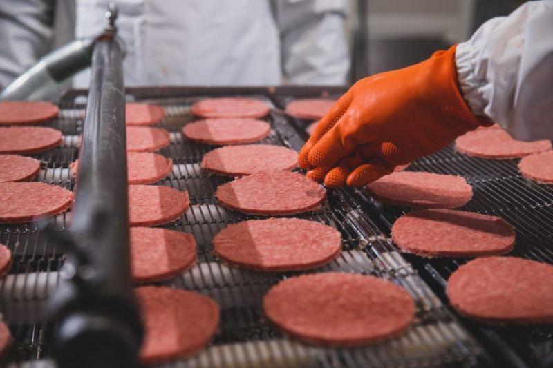 ▲從原塊牛肉到牛肉餅僅20分鐘,確保食安與新鮮(圖片來源/麥當勞季報)