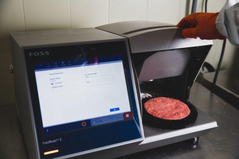 ▲牛絞肉透過「脂肪分析儀」,確認肥瘦比例符合標準。(圖片來源/麥當勞季報)