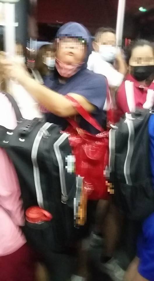 ▲網友在公車上,遇到這位行為誇張的藍衣女子。(圖/翻攝自《爆料公社》