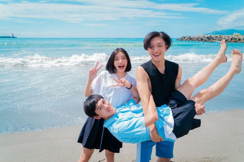 ▲饒舌團體「沒有才能」回到母校拍攝歌曲MV。(圖/華研國際提供)