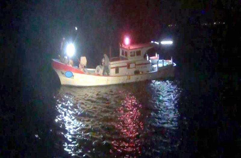 漁船暗夜故障漂流 海巡馳援解危