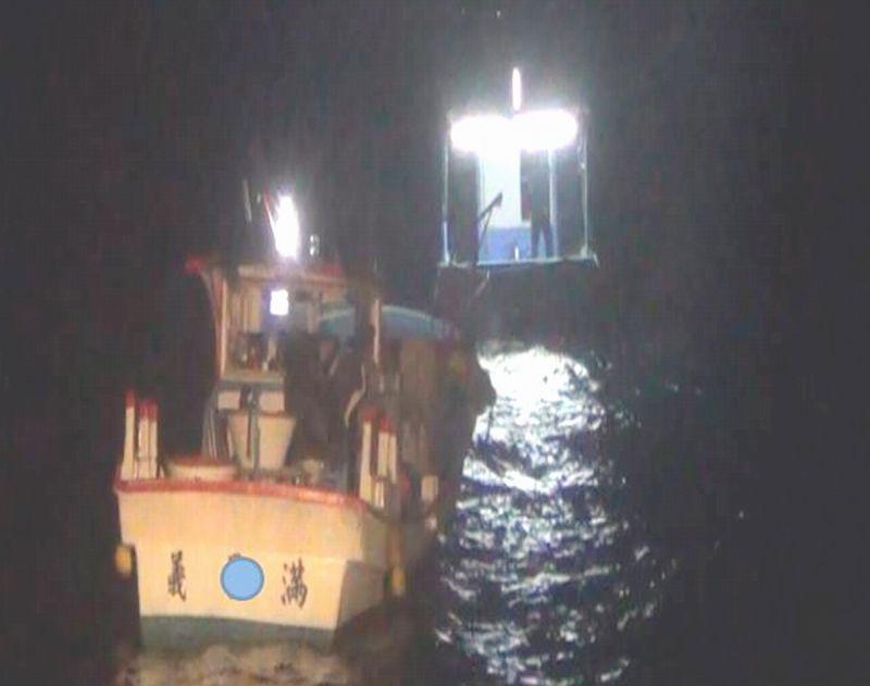 ▲恆春海巡隊3576艇於今(29)日2時34分順利將船拖帶至海口港外1浬處之安全平靜海域,並在旁戒護與友船膠筏會合、救助。(圖/海巡署恆春海巡隊提供,