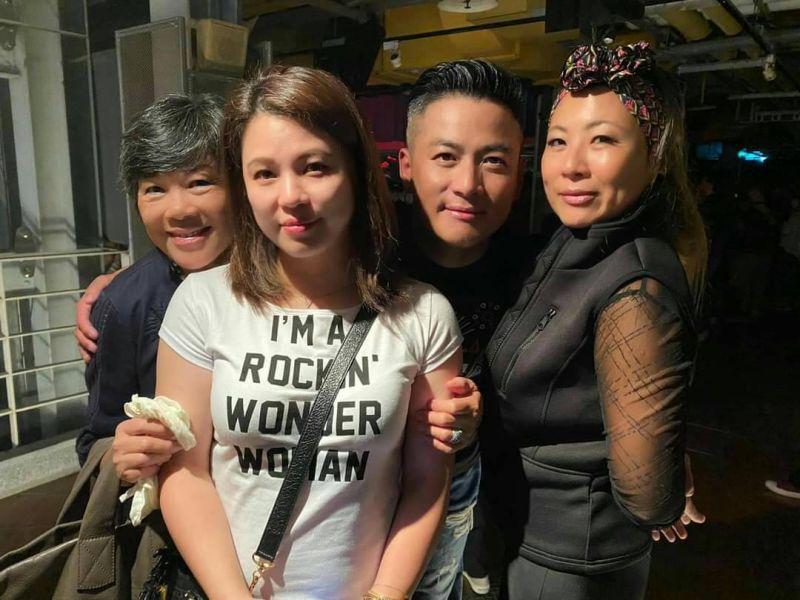 ▲江宏恩母親(左1)偕老婆(左2)與姊姊到現場打氣。(圖
