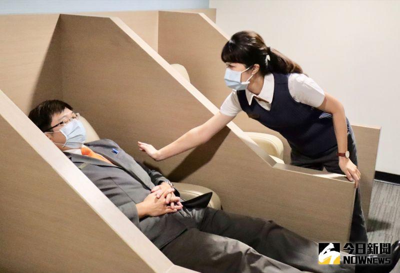 ▲休息室內有獨立躺椅,調派櫃台員工還可協助於出勤時間來臨前提醒。(圖/記者陳致宇攝)