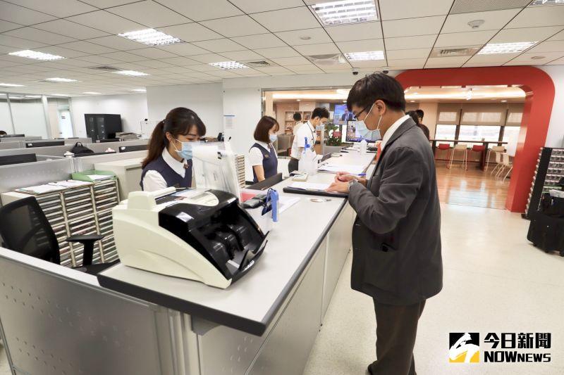 ▲休息室可透過調派櫃台進行登記申請使用時段。(圖/記者陳致宇攝)