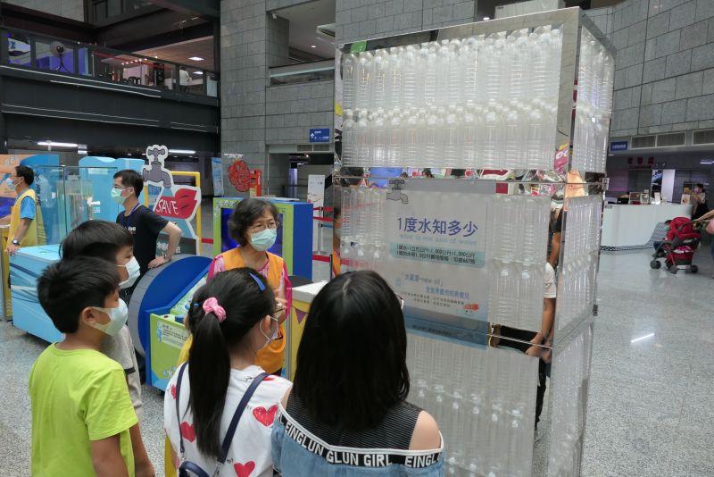 ▲由667支寶特瓶堆疊起的1度水,讓觀看的學童對於一度水有所概念。(圖/行政院南服中心提供)
