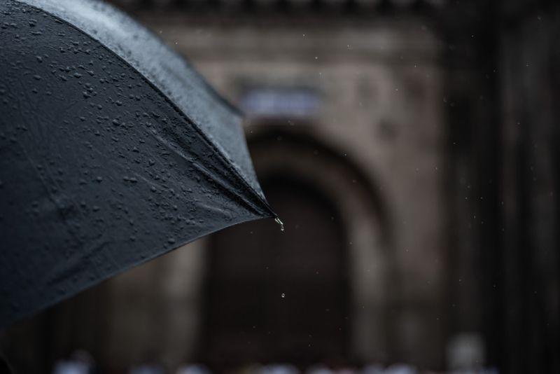 暖男好心幫撐傘!淋雨女不領情「一句話」反嗆 全場傻眼