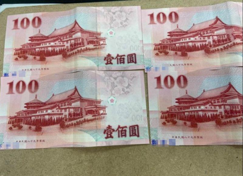 ▲原PO發現4張百元鈔票都被印上陌生人的姓名。(圖/翻攝爆怨公社臉書)
