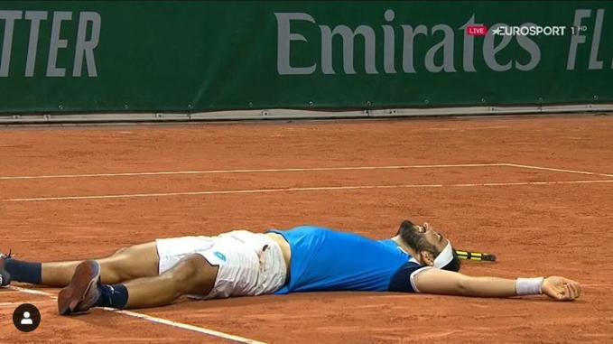▲法網男單史上耗時第2長比賽,義大利好手Lorenzo Giustino耗時6小時5分鐘才擊敗法國好手Corentin Moutet獲勝,他累倒在地。(圖/取自Lorenzo Giustino Instagram)