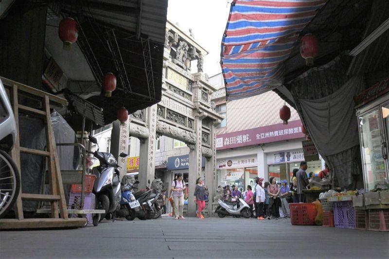 ▲座落在金城鎮市區的邱良功母節孝坊為金門唯一一級古蹟。(記者/蔡若喬攝)