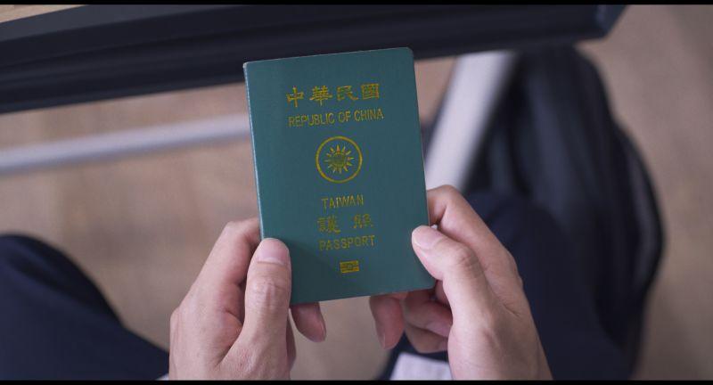▲中華民國舊版護照10月隨國片《醬狗》抵日本為台灣發聲。(圖/佳映)