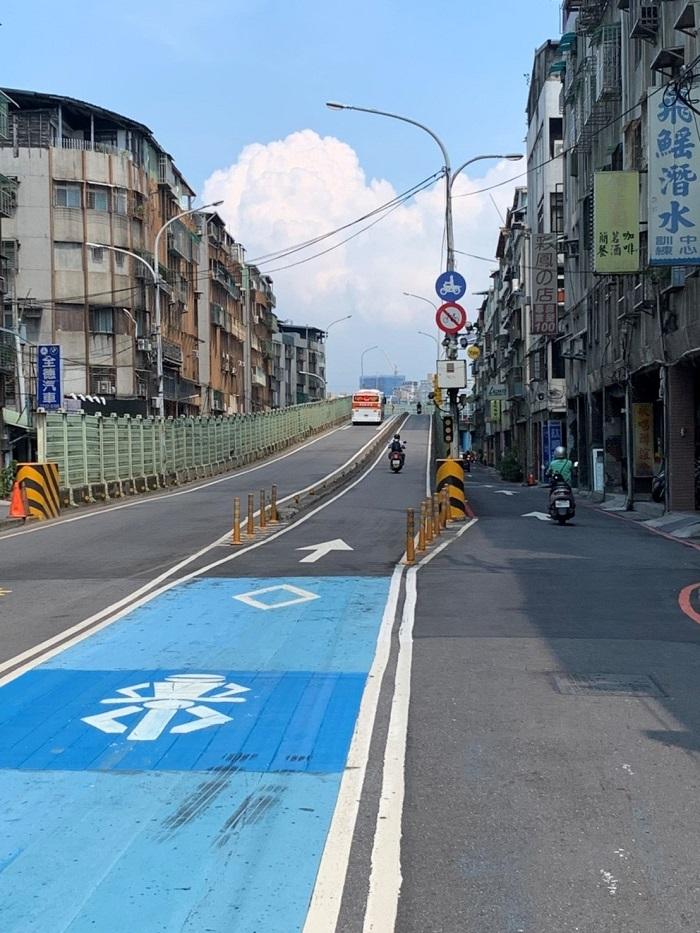 ▲福和橋自10月1日起禁止自行車通行機車道,改走福和橋人行道,維護行車安全。(圖/新北交通局提供)