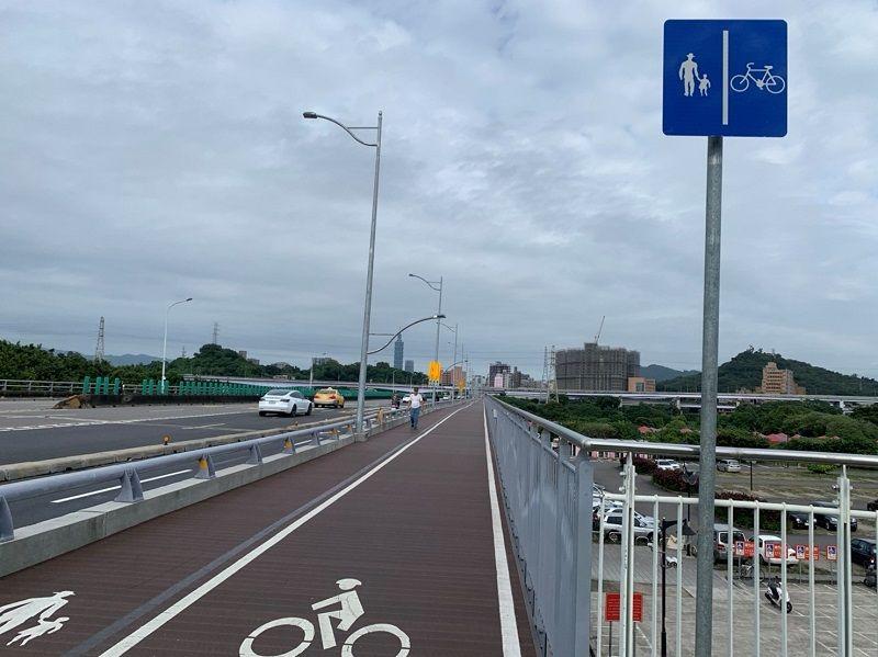 ▲福和橋在人行道拓寬完成後,提供自行車騎士更舒適寬敞的騎乘空間。(圖/新北交通局提供)
