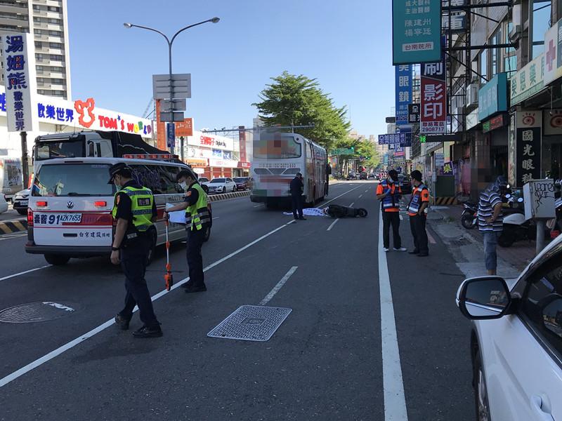 ▲30日上午,台南市中華東路二段發生1起死亡車禍,7旬老翁頭部重創當場死亡。(圖/記者陳聖璋翻攝)