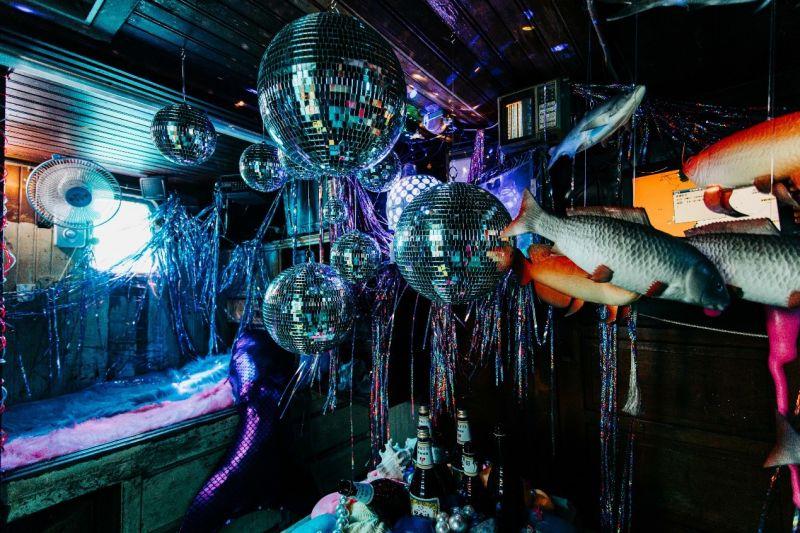 ▲去年深受觀眾喜愛的「海上美術館」,今年則由台灣愛馬仕御用櫥窗設計師于安如,在漁船上打造充滿迷幻風格的〈海龍宫之夢〉。(圖/品牌提供)