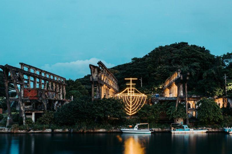 ▲熱門電影《返校》指定場景製作團隊「木罐子設計製作」,打造出全台最大船型光雕〈阿根納的船〉,在基隆夜裡閃閃發亮。(圖/品牌提供)