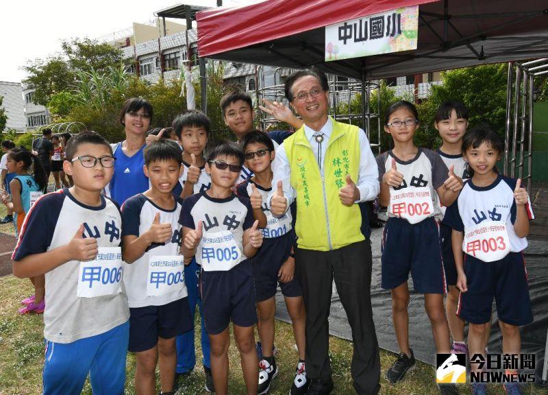 ▲林世賢為參賽的小朋友們加油打氣。(圖/記者葉靜美攝,2020.09.30)