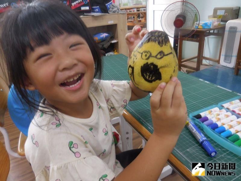 ▲小朋友也是天馬行空的在柚子皮上發揮巧思創作,有的劃人像,也有小朋友畫上最近流行的角落生物,十分有趣可愛。(圖/記者陳雅芳攝,2020.09.30)