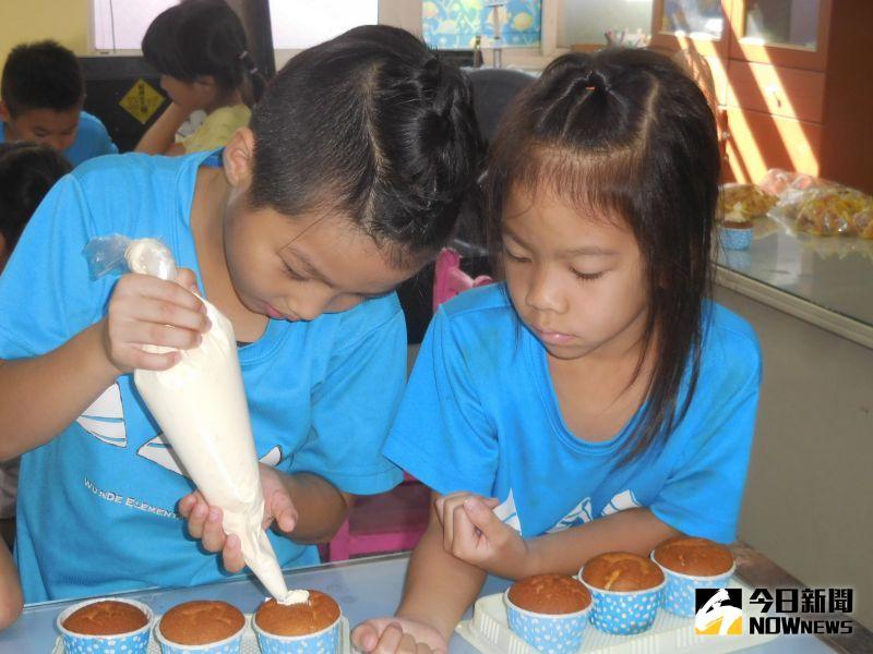 ▲造型杯子蛋糕上的圖案,每個小朋友更發揮巧思,有的做成動物、有的畫了人像,展現小朋友多元創意。(圖/記者陳雅芳攝,2020.09.30)