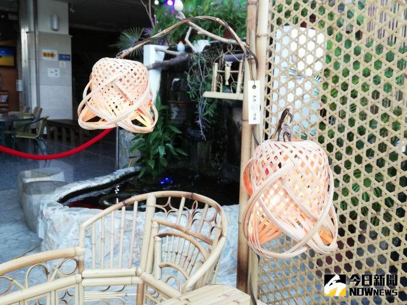 ▲天赦竹編工藝展策展風格以南洋風的休憩風格為主題,竹編照明的燈具,有優美、耐人尋味的曲線造型。(圖/記者邱嘉琪攝,2020.09.30)