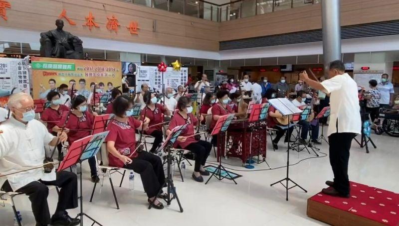 指揮80歲二胡演奏者88歲 不老樂手長庚奏樂章獻關懷