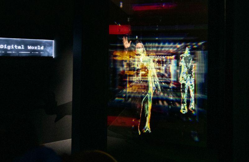 ▲總統蔡英文今日下午參觀台灣設計展,並親自體驗科技力。(記者金祐妤攝,109.9.30)