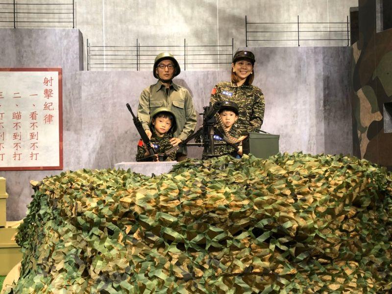▲金門縣政府在機場打造戰地風情體驗館,館內有迷彩軍事碉堡場景可供民眾拍照。(圖/金門縣政府提供)