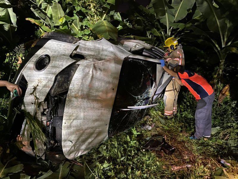 ▲休旅車翻落邊坡,車體嚴重受損。(圖/記者陳聖璋翻攝)
