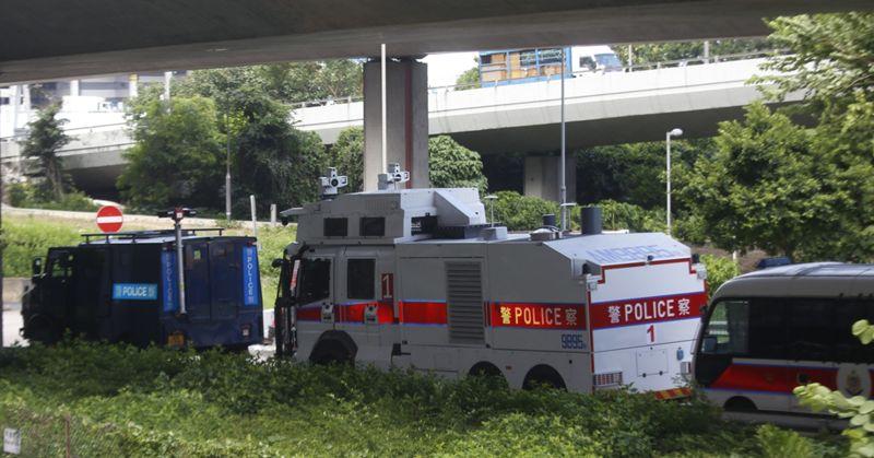 ▲香港媒體拍攝到警方出動水炮車。(圖/翻攝自香港