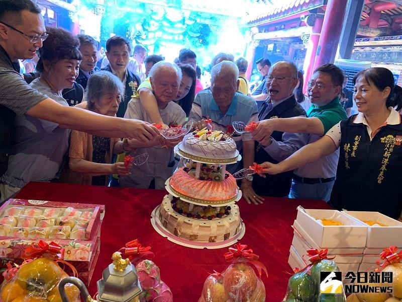 <b>奉天宮</b>媽祖契子女中秋團圓 102歲人瑞契子獻禮切蛋糕