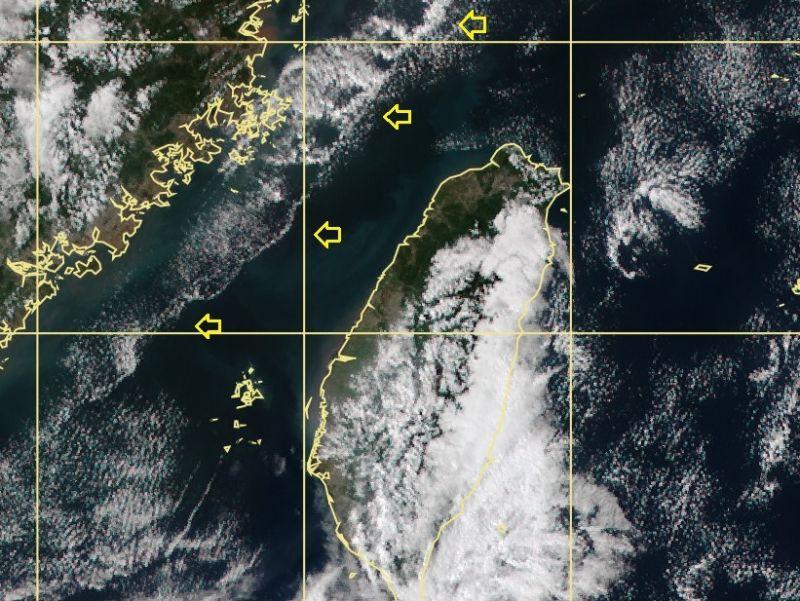 ▲鄭明典秀出衛星雲圖,台灣海峽中明顯有條分界線,黃色箭頭所指處。(圖/翻攝自鄭明典臉書)