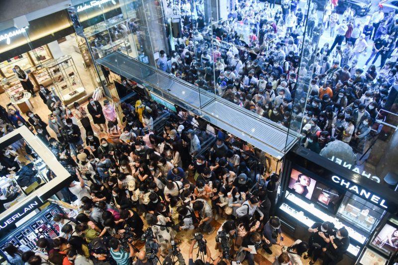 ▲一向被視為是百貨景氣指標的新光三越南西店周年慶今(1)日登場,一早大門口就湧入滿滿人潮。(圖/陳明安攝,2020.10.1)