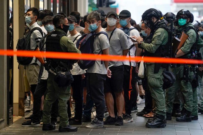 ▲香港10月1日再現「反送中」示威,截至傍晚6時,約69人被捕,其中包含2名區議員。(圖/美聯社/達志影像)