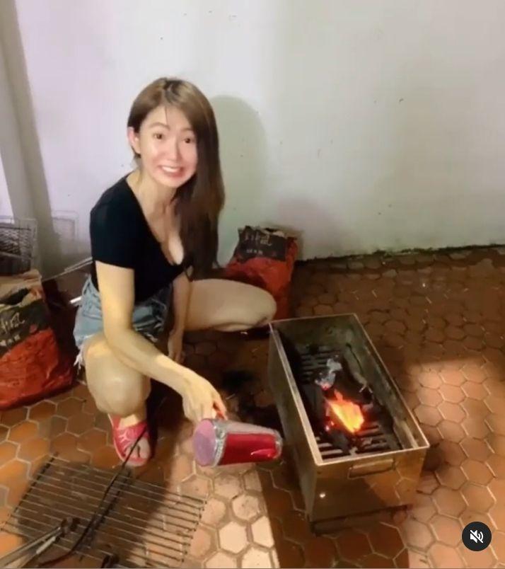 ▲郭書瑤用吹風機示範升火。(圖