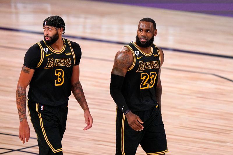 ▲「一眉哥」Anthony Davis(左)、「詹皇」LeBron James穿曼巴球衣沒輸過。(圖/美聯社/達志影像)