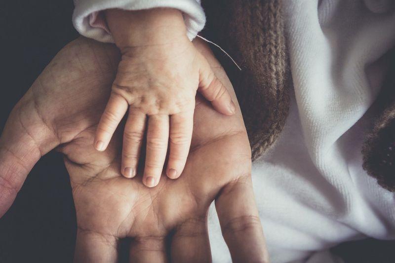 ▲原PO指出,姑且不論疫情問題,還有寒流,對於小孩來說十分危險。(示意圖,圖中人物與本文無關/翻攝《Pixabay》)