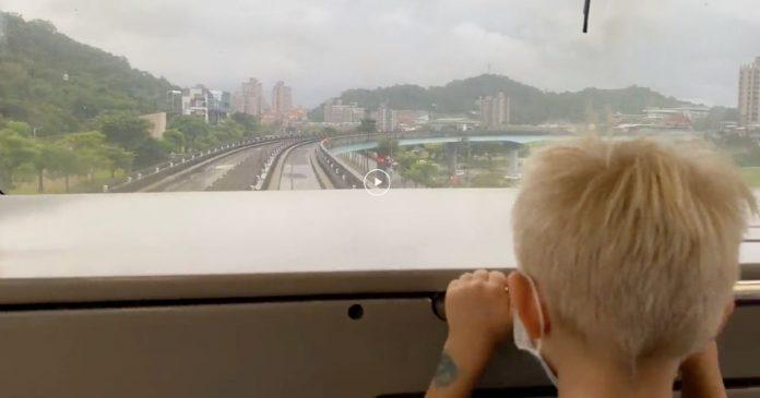 老外搭文湖線曝最強司機 網友驚呼:確定沒違法?