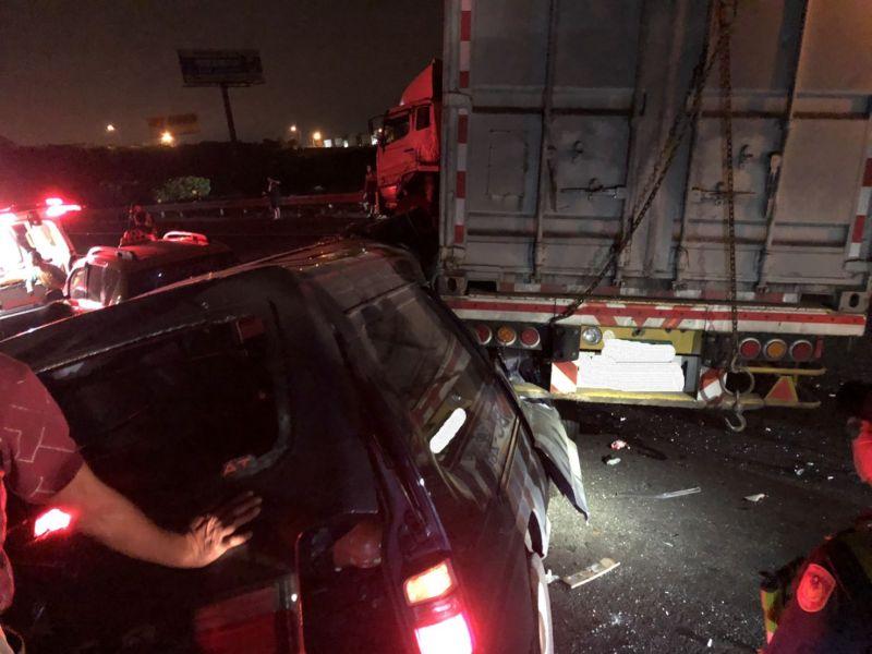 國道1號麻豆段深夜多車追撞 7人送醫