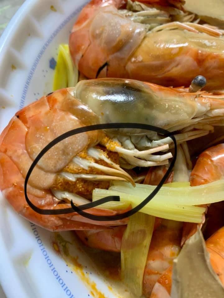 ▲網友吃蝦時發現蝦子腳上有橘色顆粒。(圖/翻攝爆廢公社公開版)